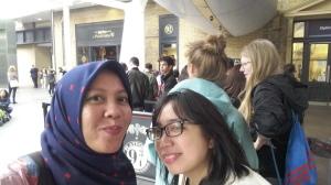 Saya dan Mba Endang di antrian di Platform 9 3/4 King's Cross Station