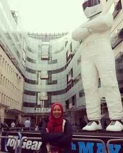 di depan kantor BBC